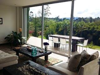 Una sala de estar llena de muebles y una ventana en Casa En Carmen de Viboral, con cuatro habitaciones