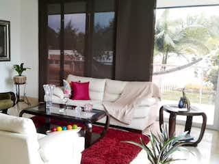 Una sala de estar llena de muebles y una gran ventana en AGUA LUNA