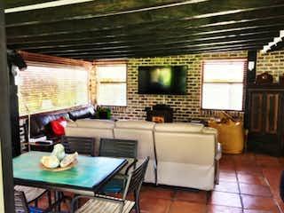 Una sala de estar llena de muebles y una televisión de pantalla plana en Urbanización Agualuna