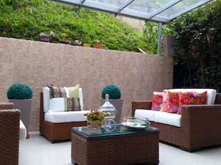 Una sala de estar llena de muebles y una planta en maceta en MONTESSORI