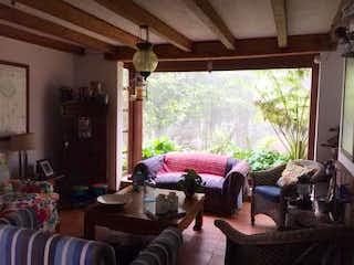 Una sala de estar llena de muebles y una ventana en Casa en alto de las palmas - 500 mts, 3 parqueaderos.
