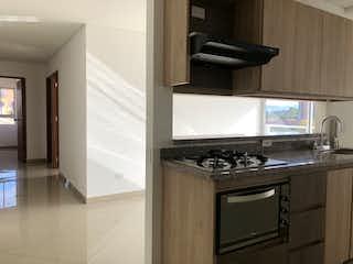 Una cocina con una estufa de fregadero y microondas en Apartamento en venta en Altos de la Pereira de tres habitaciones