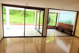 Casa en Loma del Indio, Medellín cuenta con tres niveles y 2 cuartos de hobbies