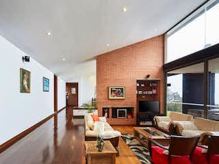 Una sala de estar llena de muebles y una televisión de pantalla plana en peña alta