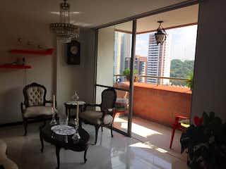 Una sala de estar llena de muebles y una gran ventana en Apartamento en Sabaneta, Sabaneta