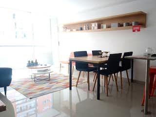 Una habitación con una mesa y un reloj en Apartamento en Bello, Tres Alcobas
