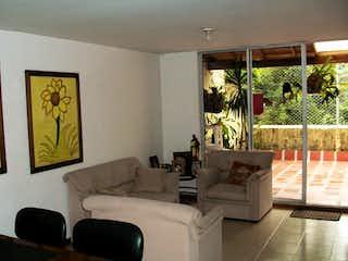 Una sala de estar llena de muebles y una gran ventana en Casa en Venta SURAMERICA