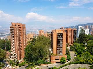 Una vista de una ciudad con edificios altos en el fondo en Apartamento en Venta POBLADO