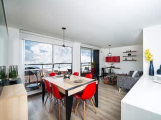 Una cocina con una mesa y una mesa en -