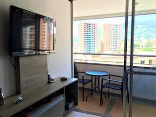 Una habitación que tiene una mesa y sillas en Edificio