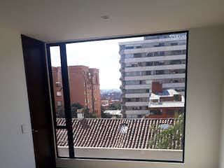 Una habitación que tiene una ventana en ella en Apartamento en Usaquén - Sala comedor con chimenea, parqueadero doble cubierto