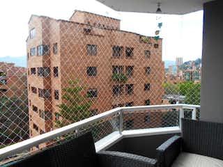 Un gran edificio delante de un edificio en Apartamento en El Tesoro, El Poblado - Tres alcobas