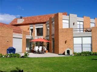 Un edificio de ladrillo con un techo rojo en Casa en Guaymaral
