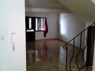 Un cuarto de baño con lavabo y un espejo en Apartamento en venta en Altos de la Pereira, 100mt duplex