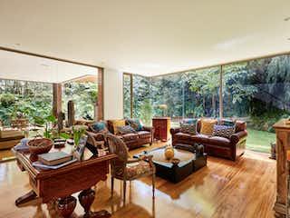 Una sala de estar llena de muebles y una gran ventana en Sanzibar
