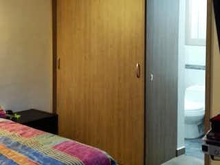 Un dormitorio con una cama y una cómoda en Apartamento en Venta NIQUIA