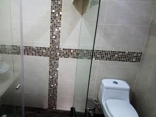Un inodoro blanco sentado al lado de un lavabo blanco en Casa en Venta LAS BRISAS