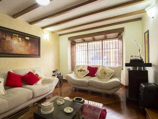 Una sala de estar llena de muebles y una ventana en Casa en venta en Santa Bárbara Central, de 276mtrs2