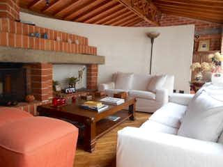 Una sala de estar llena de muebles y una gran ventana en Casa en venta en El Tesoro, 230mt