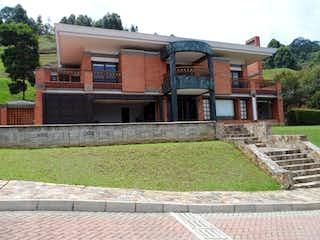 Un edificio de ladrillo con un edificio de ladrillo rojo en Casa en El Poblado, Medellín