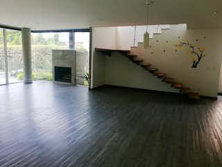 Una habitación que tiene un montón de flores en ella en Casa en Llanogrande, Rionegro - 380mt, dos niveles, tres alcobas
