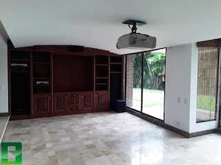 Una cocina con una ventana, un fregadero y un refrigerador en Casa en Santa Elena, Medellín