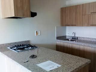 Una cocina con una estufa y un fregadero en Apartamento en venta en El Retiro, 61mt con balcon