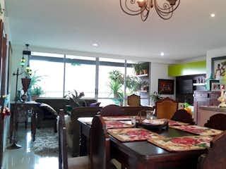 Una sala de estar llena de muebles y una mesa en Alameda