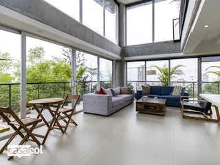 Una sala de estar llena de muebles y ventanas en Apartamento en Venta EL TESORO