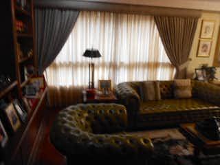 Una sala de estar llena de muebles y una ventana en Apartamento en Venta CASTROPOL