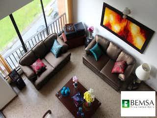 Una sala de estar llena de muebles y una televisión de pantalla plana en Apartamento en El Poblado, Medellín