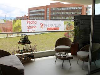 Una sala de estar con un sofá y sillas en Suite Portanova seniors club