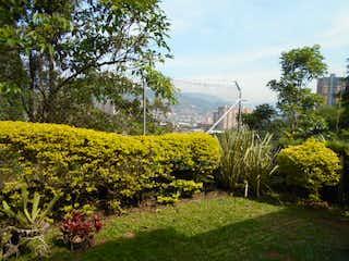 Una vista de un jardín con flores en él en Jerez De Asturias