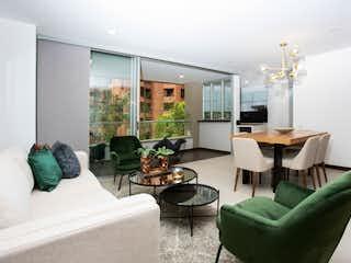 Una sala de estar llena de muebles y una gran ventana en Apartamento en El Poblado, Medellín