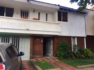 Un coche estacionado delante de una casa en Casa en Laureles, Medellín