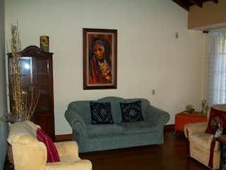 Una sala de estar llena de muebles y una ventana en Casa en Venta VEREDA SAN JOSE