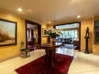 Una sala de estar llena de muebles y una lámpara de araña en Apartamento en venta en El Lago, de 360mtrs2