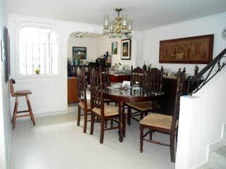 Una habitación llena de muebles y una mesa de madera en No aplica