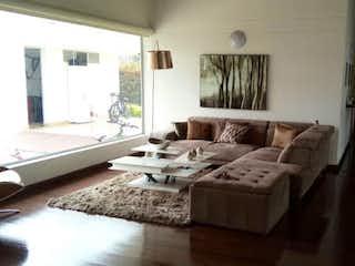 Una sala de estar llena de muebles y una chimenea en Casa en Llanogrando, Rionegro - 350mt, cuatro alcobas, jacuzzi