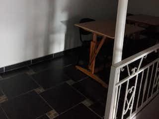 Un cuarto de baño con un aseo y una mesa de madera en Casa en Aranjuez, Medellín