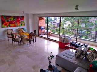 Una sala de estar llena de muebles y una gran ventana en San Pedro de Alcantara