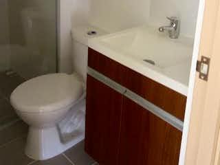 Un inodoro blanco sentado al lado de un lavabo de baño en Apartamento en Bello, Tres Alcobas