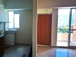 Una cocina que tiene una ventana en ella en Apartamento en Bello, Tres Alcobas