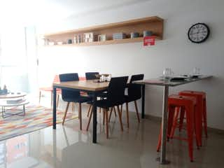 Una habitación con una mesa y un reloj en Apartamento en Venta NIQUIA