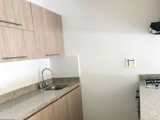 Un cuarto de baño con lavabo y un espejo en Apartamento en venta en El Retiro, 77mt con balcon