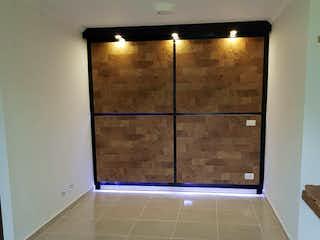 Un cuarto de baño con una puerta de ducha de cristal en Apartamento en Bello, Tres Alcobas
