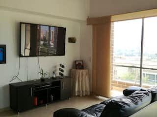 Un dormitorio con una cama grande y una ventana grande en Apartamento En Zuñiga - Envigado, cuenta con cuatro habitaciones