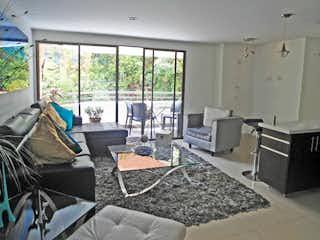 Una sala de estar llena de muebles y una ventana en trebol
