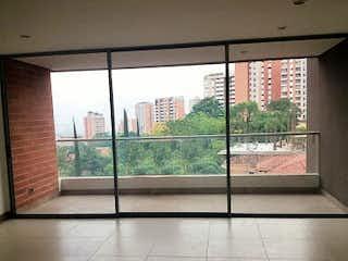 Una vista desde la ventana de una estación de tren en Apartamento En La Loma De las Brujas - Envigado, cuenta con tres habitaciones