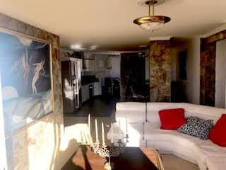 Una sala de estar llena de muebles y una lámpara de araña en Apartamento en El Naranjal, Estadio - Tres alcobas